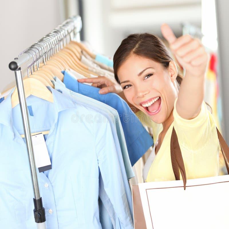 Het winkelen - Gelukkige klantenvrouw royalty-vrije stock afbeelding