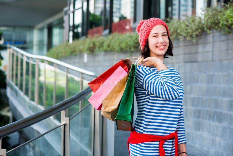 Het winkelen gift en heden op het In dozen doen dag royalty-vrije stock afbeelding