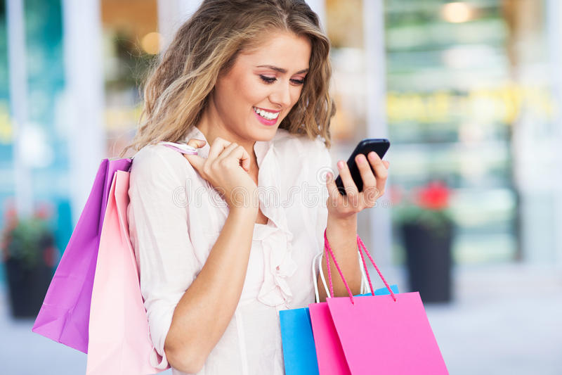 Het winkelen het overseinen van de vrouwentekst stock foto