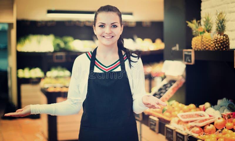 Het winkelen hulp het aantonen assortiment van kruidenierswinkelwinkel stock foto's