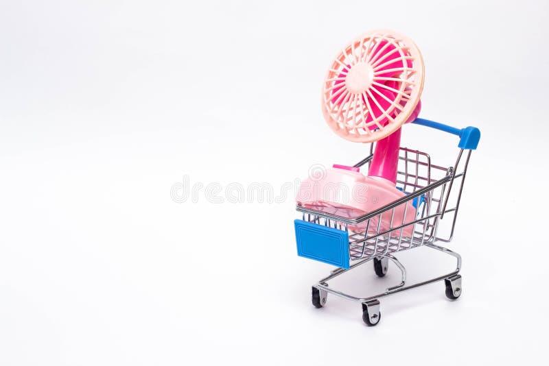 Het winkelen karretje met een kleine elektrische ventilator, het kopen huishoudapparaten, technologie royalty-vrije stock foto