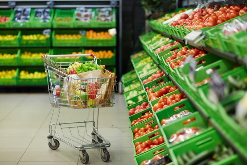 Het winkelen karretje met kruidenierswinkelpunten stock foto's