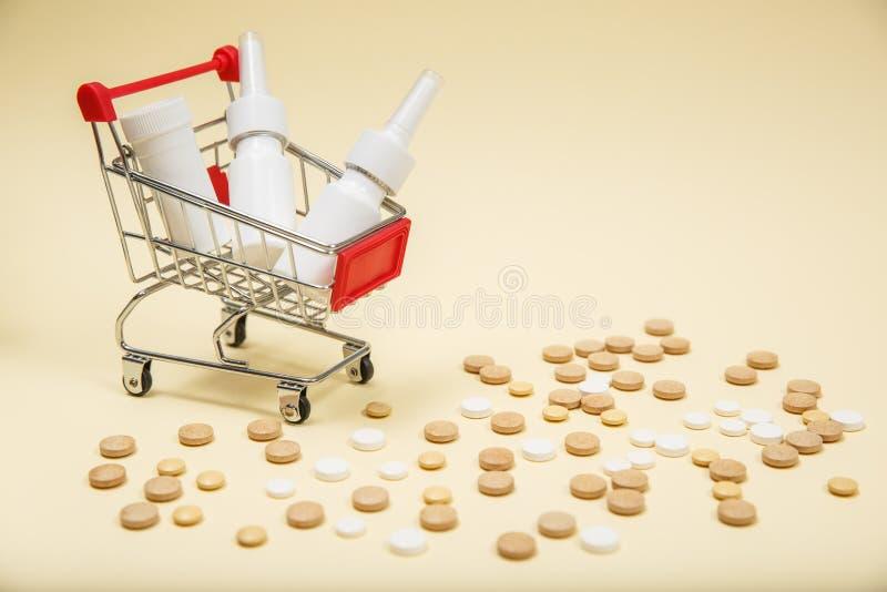 Het winkelen karretje met pillen en geneeskunde stock afbeeldingen