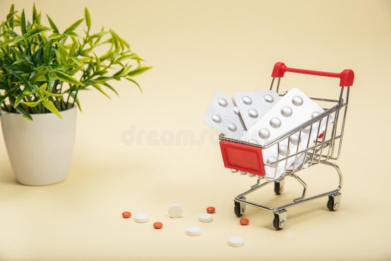 Het winkelen karretje met pillen en geneeskunde royalty-vrije stock afbeelding