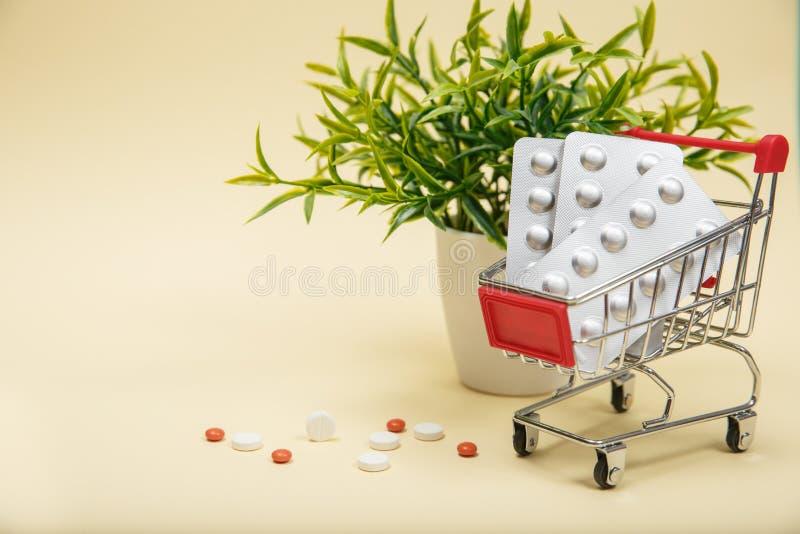 Het winkelen karretje met pillen en geneeskunde royalty-vrije stock foto