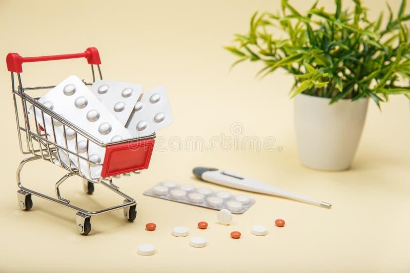 Het winkelen karretje met pillen en geneeskunde stock afbeelding