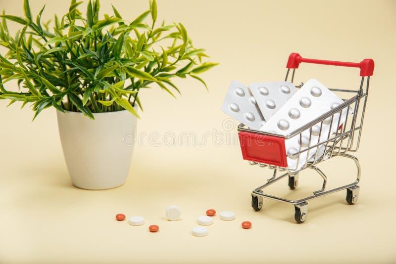 Het winkelen karretje met pillen en geneeskunde stock fotografie