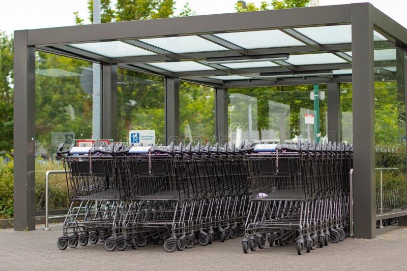 Het winkelen karretje van ALDI-Zuiden onder een dak stock fotografie
