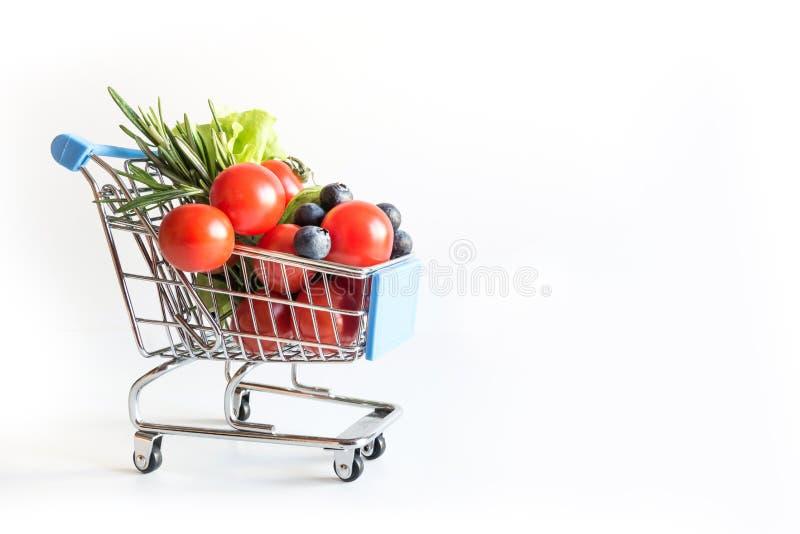 Het winkelen karretjehoogtepunt van verse die groentenkruidenierswinkels op een witte achtergrond wordt ge?soleerd royalty-vrije stock afbeelding