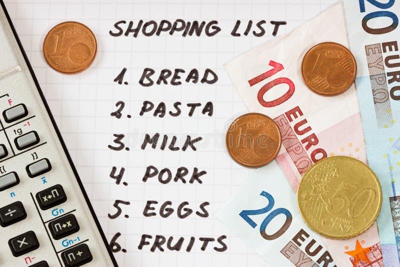 Het winkelen lijst met calculator en geld stock foto's