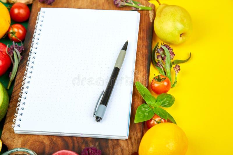 Het winkelen lijst, receptenboek, dieetplan Dieet of veganistvoedsel royalty-vrije stock fotografie
