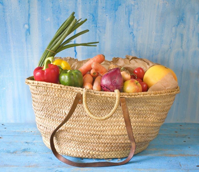 het winkelen mand met diverse groenten royalty-vrije stock afbeelding