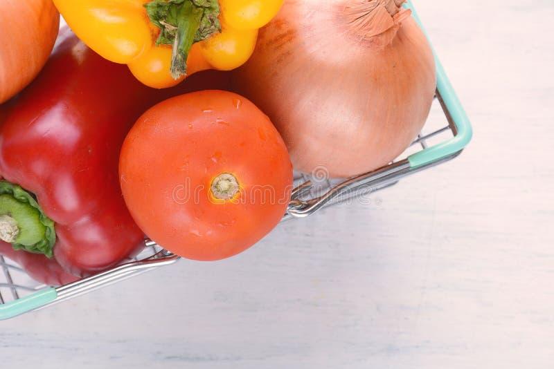 Download Het Winkelen Mand Met Groenten Stock Foto - Afbeelding bestaande uit eating, groenten: 114226214