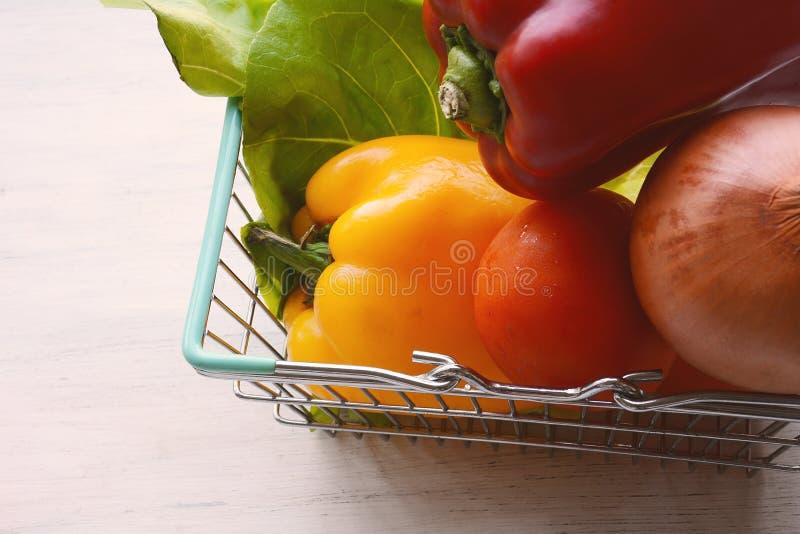 Download Het Winkelen Mand Met Groenten Stock Afbeelding - Afbeelding bestaande uit plantaardig, gezond: 114226291