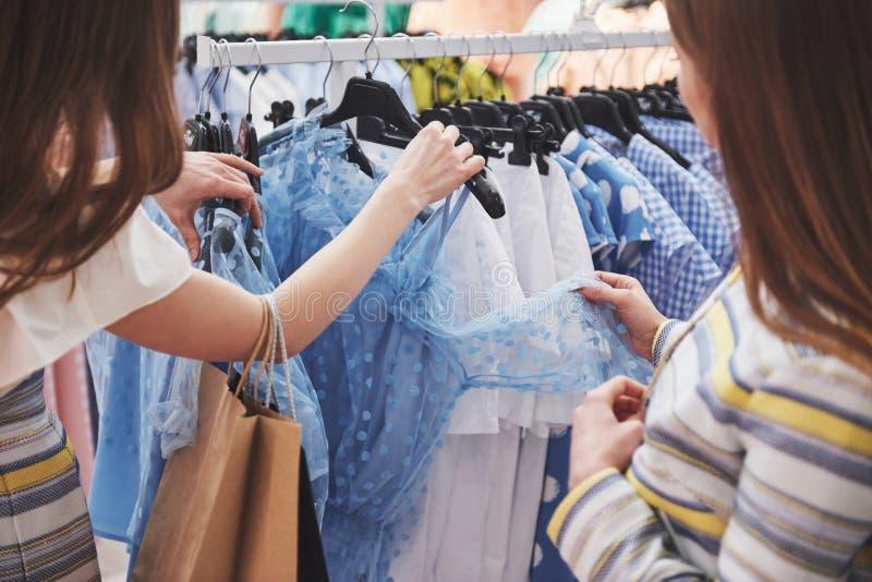 Het winkelen met bestie twee vrouwen die in detailhandel winkelen Sluit omhoog mening royalty-vrije stock foto's