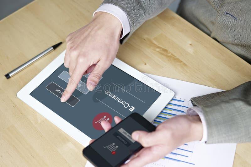 Het winkelen met cellphone en tabletcomputer stock afbeeldingen