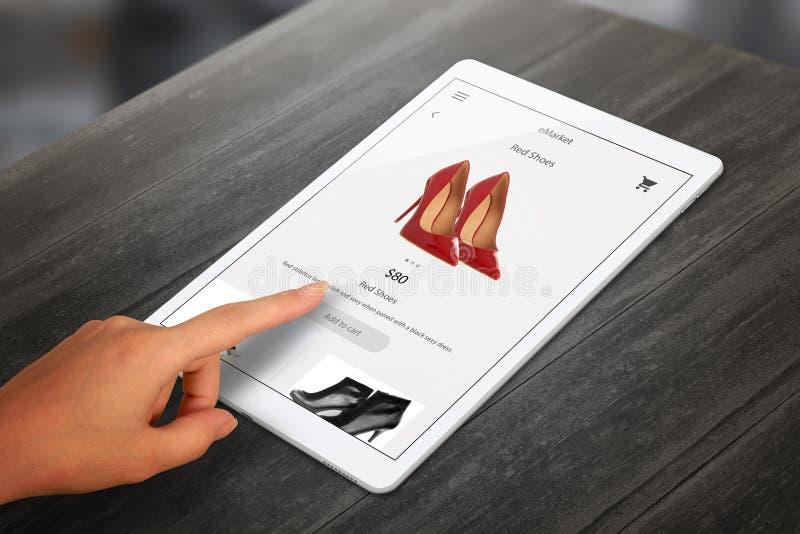 Het winkelen met tablet De vrouw koopt rode schoenen op online markt stock fotografie