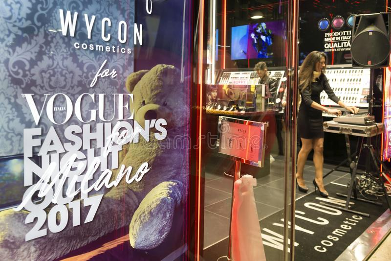 het winkelen, muziek en voedsel bij Milan Vogue-maniernacht uit 2017 royalty-vrije stock fotografie