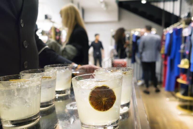 het winkelen, muziek en voedsel bij Milan Vogue-maniernacht uit 2017 stock afbeeldingen