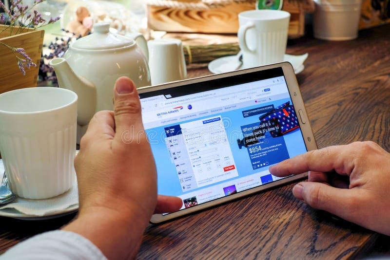 Het winkelen online op Britse luchtvaartlijnenwebsite stock fotografie