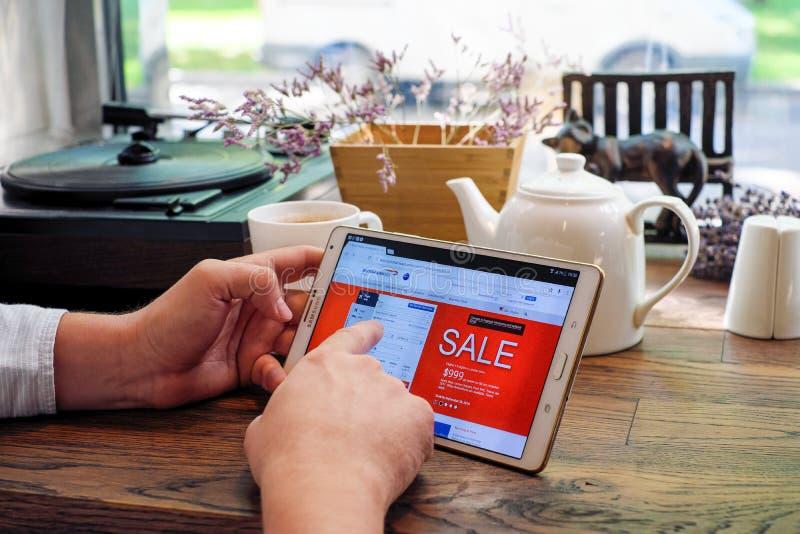 Het winkelen online op Britse luchtvaartlijnenwebsite stock afbeelding