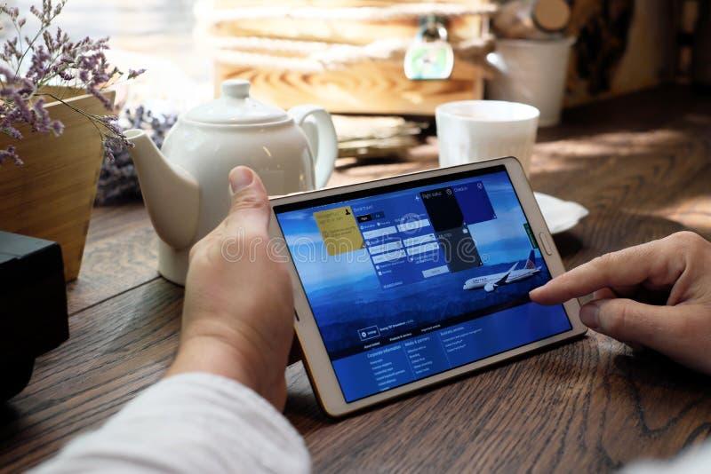 Het winkelen online op Verenigde luchtvaartlijnenwebsite stock fotografie