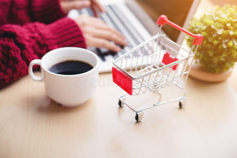 Het winkelen op uw computer stock afbeelding