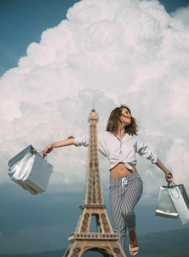 Het winkelen in Parijs De gelukkige vrouw na het winkelen verheugt zich aankopen Maniervrouw dichtbij de Toren van Eiffel in Fran royalty-vrije stock foto's