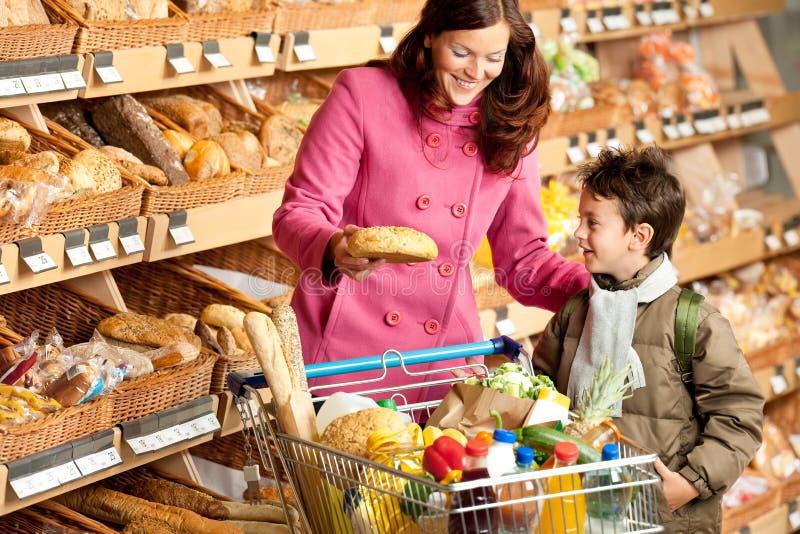 Het winkelen reeks - Bruine haarvrouw met kind royalty-vrije stock foto