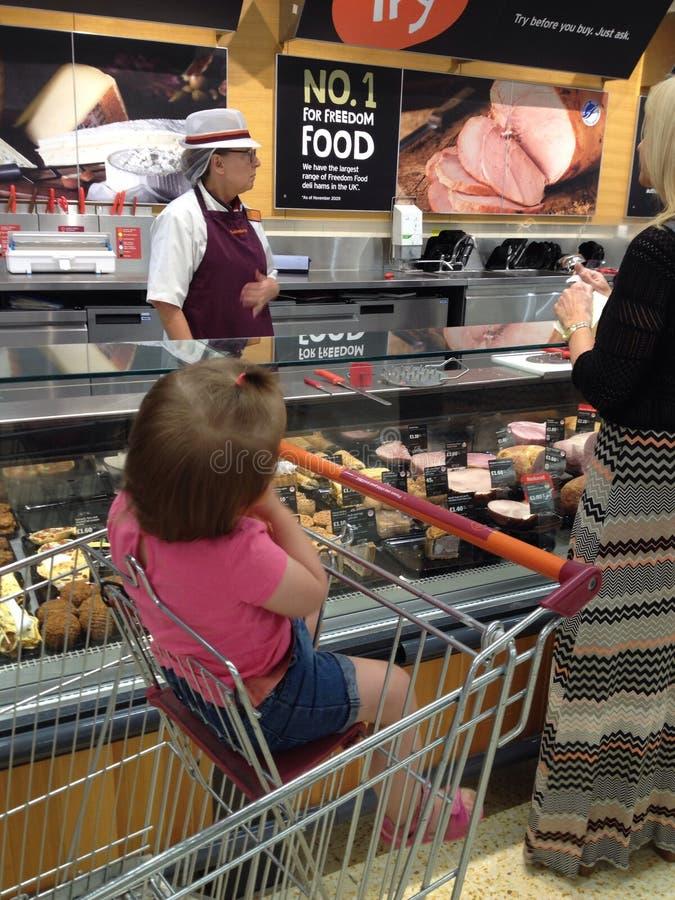 Het winkelen in Sainsbury& x27; s - vleessectie royalty-vrije stock foto's