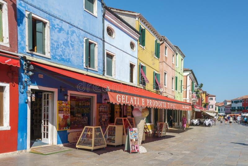 Het winkelen straat Burano, Italië stock afbeeldingen