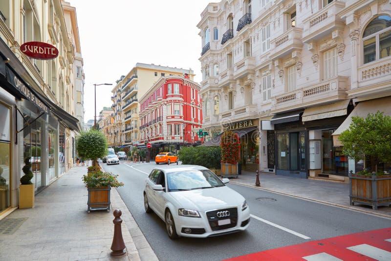 Het winkelen straat met auto's in een de zomerochtend in Monte Carlo, Monaco stock foto