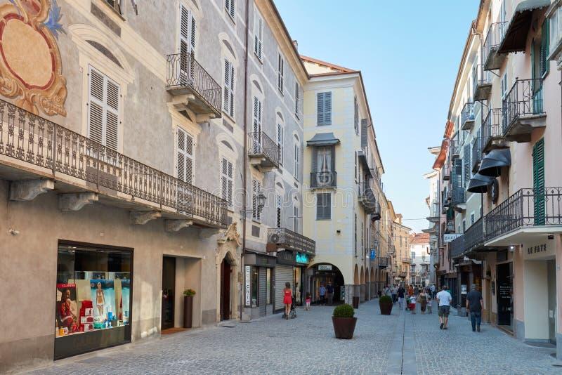 Het winkelen straat met mensen en oude gebouwen in een zonnige de zomerdag, blauwe hemel in Mondovi, stock fotografie
