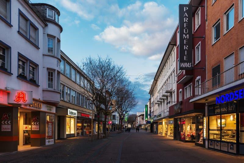 Het winkelen straat in het stadscentrum van Wormen, Duitsland royalty-vrije stock foto