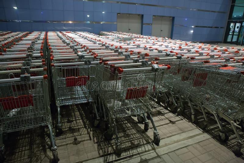 Het winkelen supermarktkarretjes royalty-vrije stock foto's
