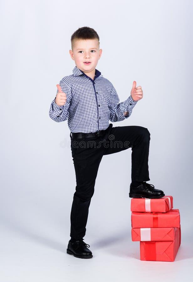 Het winkelen Tweede kerstdag Nieuw jaar gelukkig kind met huidige doos Kerstmis De partij van de verjaardag weinig jongen met val royalty-vrije stock afbeelding