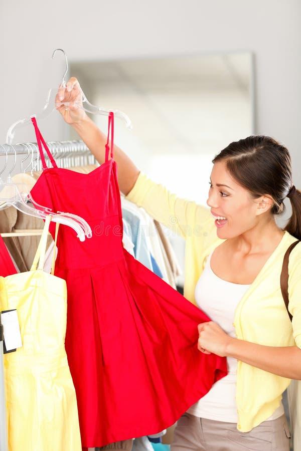 Het winkelen van de vrouw het kopen kleding royalty-vrije stock afbeeldingen