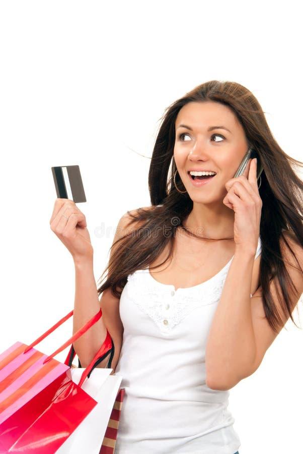 Het winkelen van de vrouw zakken, creditcard die op telefoon spreekt stock afbeeldingen