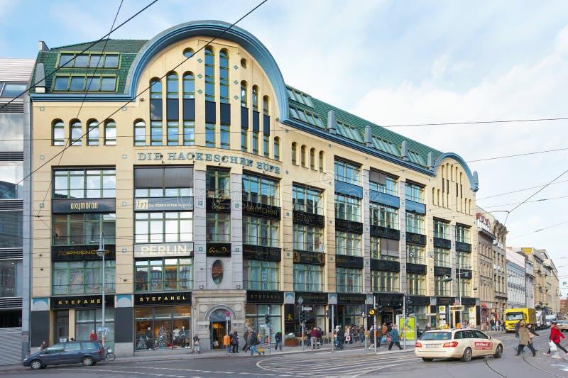 Het winkelen van Hofe van Hackeschen gebied in Berlijn stock afbeeldingen