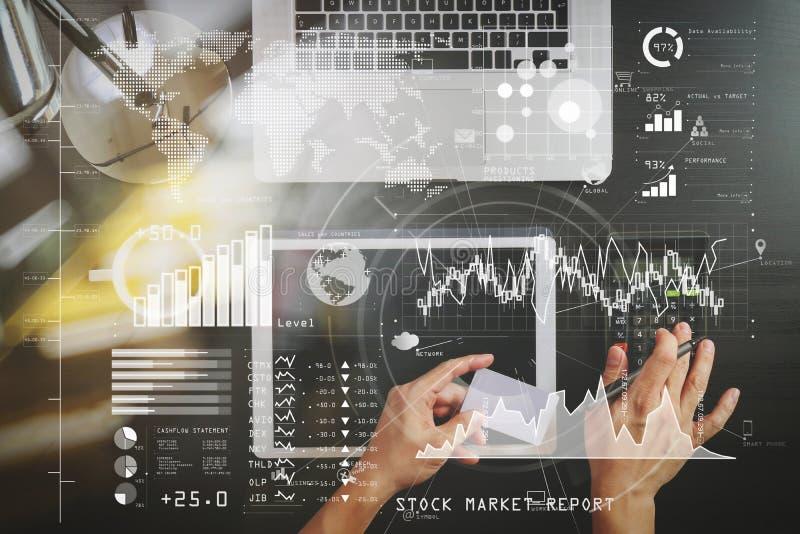Het winkelen van Internet concept Hoogste mening van handen die met calcula werken royalty-vrije stock foto
