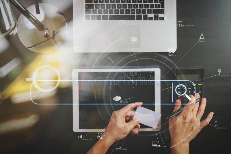 Het winkelen van Internet concept Hoogste mening van handen die met calcula werken royalty-vrije stock fotografie