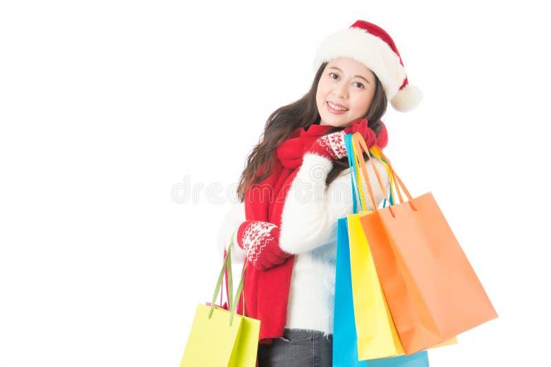 Het winkelen van Kerstmis vrouwenholding het winkelen zakken met giften royalty-vrije stock foto