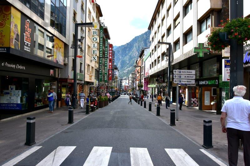 Het winkelen van La Vella van Andorra straat royalty-vrije stock afbeeldingen