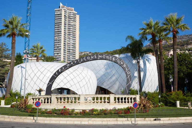 Het winkelen van Pavillonsmonte carlo gebied in een zonnige de zomerdag, duidelijke blauwe hemel in Monte Carlo royalty-vrije stock afbeeldingen