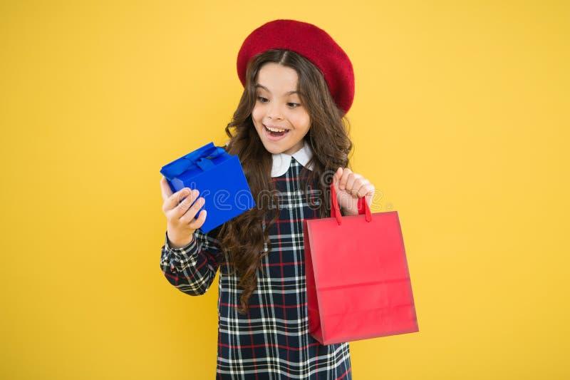 Het winkelen verkoop Parijse maniermeisje De Dag van kinderen modieuze shopaholic jong geitjemanier gelukkig meisje in Franse bar stock foto's