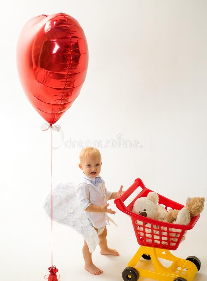 het winkelen voor kinderen gelukkige kinderjaren en zorg Weinig jongenskind in stuk speelgoed winkel weinig jongen gaat winkelend royalty-vrije stock foto's