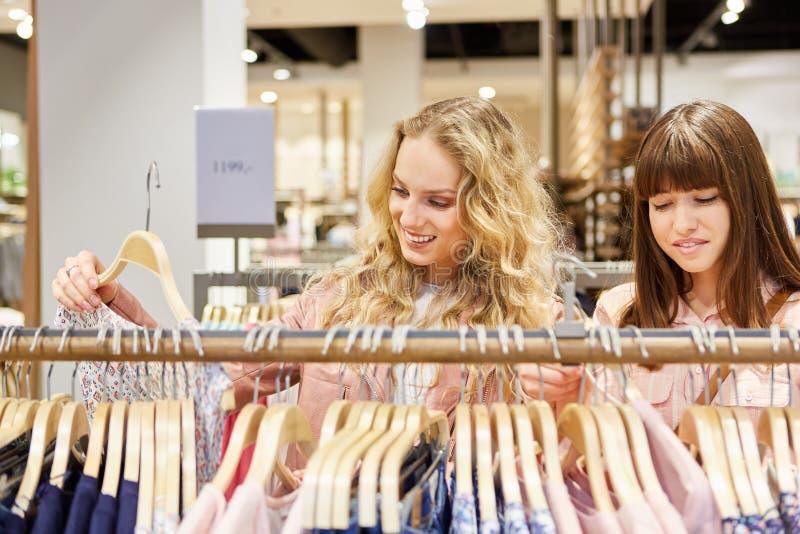 Het winkelen voor kleren in de manierwinkel royalty-vrije stock afbeeldingen