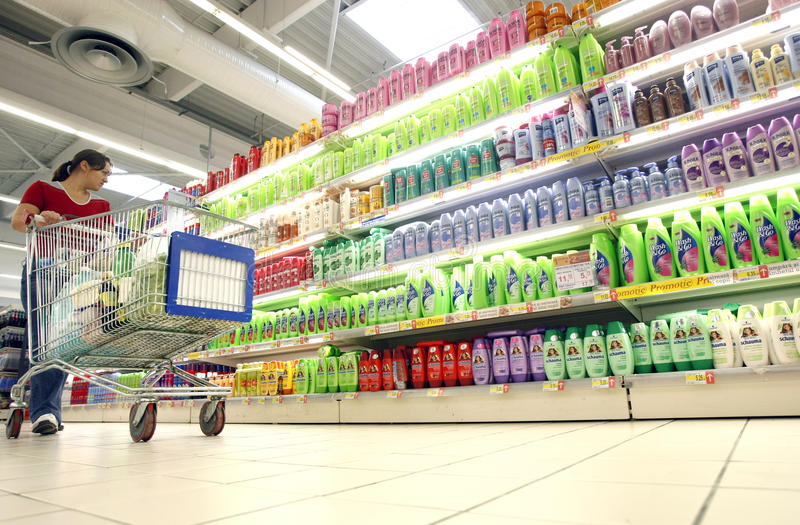 Het winkelen voor shampoo bij supermarkt royalty-vrije stock foto