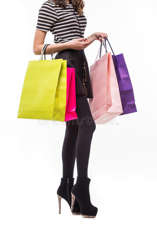 Het winkelen vrouwenholding het winkelen zakken Close-up van mooie vrouwen kleurrijke het winkelen zakken Geïsoleerd op wit royalty-vrije stock foto