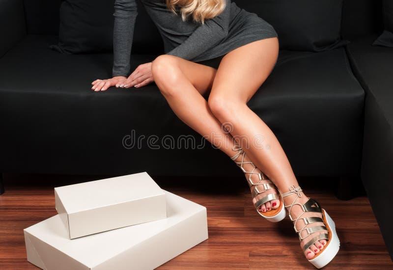 Het winkelen, Woman& x27; s slanke benen en giftdoos royalty-vrije stock afbeelding